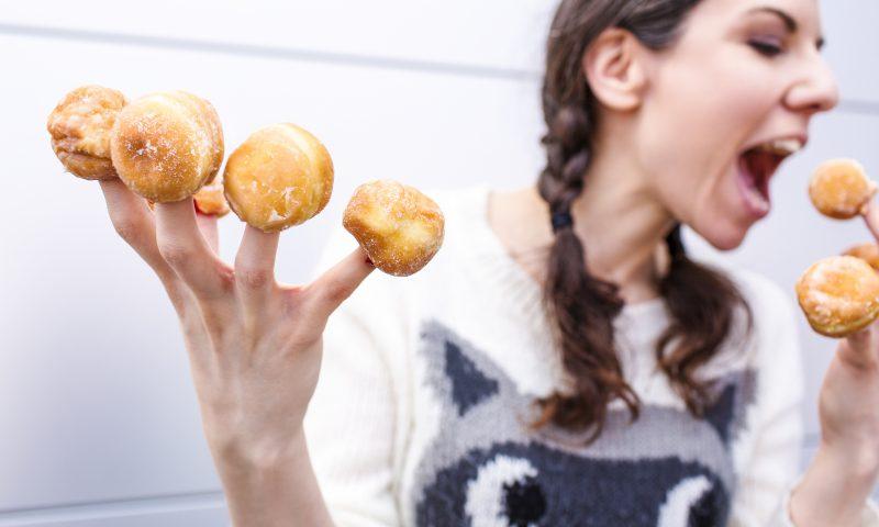 甘いものを食べる女性