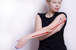 肘をケアする女性